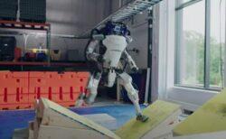 ボストン・ダイナミクスのロボットが「パルクール」に挑戦、見事クリア