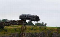 映画『ミッション・インポッシブル』の撮影現場で、機関車が落下するシーンが大迫力