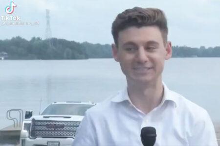 生放送中のレポーターの後ろで、車が湖に沈んでいく
