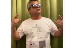 ワクチン接種証明書をTシャツにプリントした、コメディアンのアイデアに「なるほど」