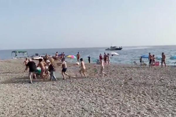 麻薬運び屋のボートを警察が追跡、砂浜に逃げた容疑者を海水浴客が団結して取り押さえる