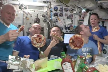 国際宇宙ステーションでの、浮遊するピザパーティーが楽しそう
