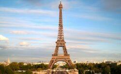 東京オリンピックの閉会式で、パリのエッフェル塔に巨大な旗が飾られる