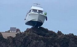どうしてこうなった?岩の上にボートが突き刺さった状態で発見される