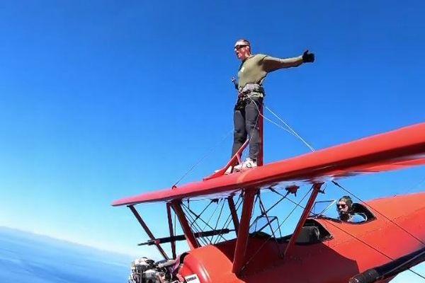 飛行中に翼の上に移動して立つ、命知らずのスタントマンが凄い