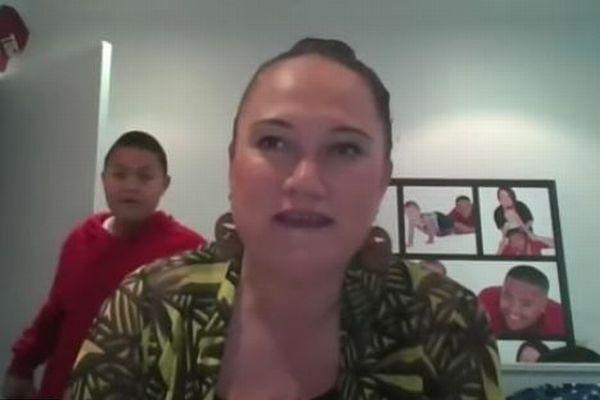 NZの大臣が自宅でインタビューを受けている最中、部屋に息子が現れる