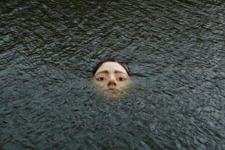 潮が満ちると顔が沈む…スペインの川に女性の像が出現