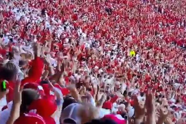 アメフトの大学リーグが開幕、8万人の観客がノー・マスクで集まる