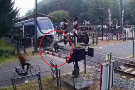 その差わずか数センチか?列車に轢かれそうになる女性のショッキング映像