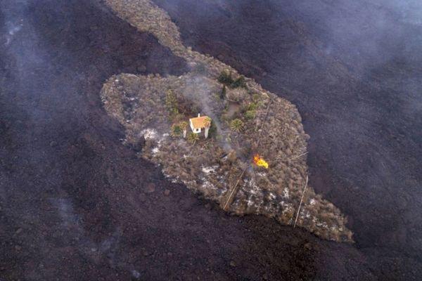 ラ・パルマ島で発見された「奇跡の家」、溶岩に飲み込まれずに残る