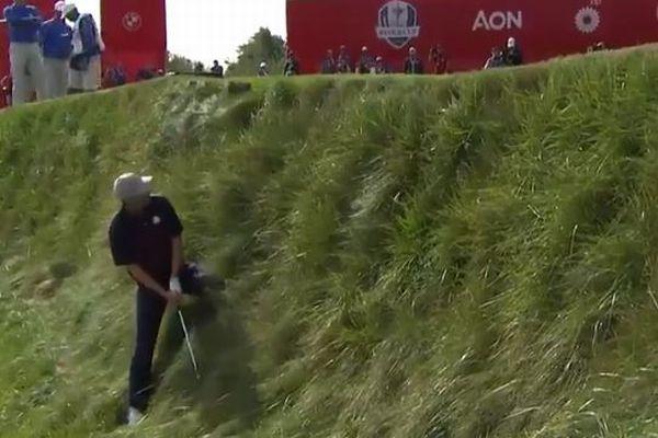 あわやゴルファーが湖に転落?急斜面で見事なショットを決める