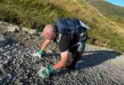 両足を失った英男性が山登りに挑戦、這い続けて山頂に到達