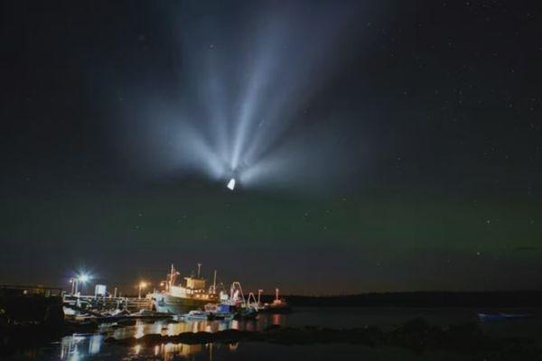 オーロラの輝く夜空に白い光が出現、不思議な模様を描く