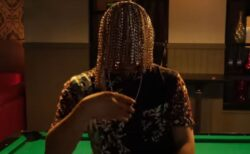 メキシコのラッパーがフックを頭蓋骨に埋め込み、金のチェーンをぶら下げ、髪の毛にしてしまう