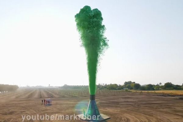 元NASAのエンジニアが開発した装置、火山の噴火のように大量の泡が高く舞う