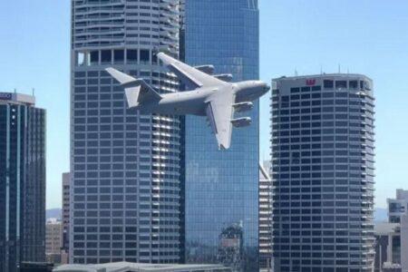 オーストラリア空軍の輸送機がビルの近くを低空飛行、コックピット内の映像も公開