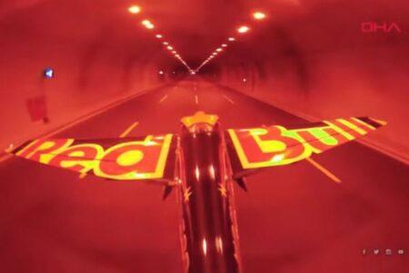 「レッドブル」のパイロットがトンネル内を高速飛行、ギネス世界記録に認定