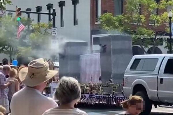 同時多発テロの追悼パレード、穴の開いたビルの模型に批判が殺到
