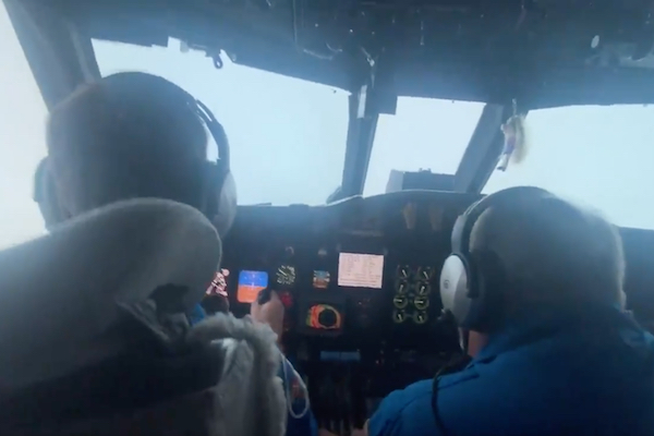 ハリケーン「アイダ」に突入した飛行機が「目」を撮影