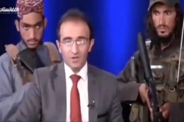 アフガニスタンのアナウンサー、武装タリバン兵に囲まれニュース放送