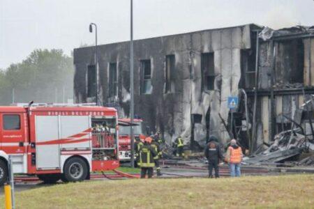 イタリアで億万長者が乗った小型飛行機が墜落、建物に衝突し8人が死亡