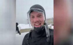 極寒の中でサーフィンする男性、髭やウェットスーツも凍りつく