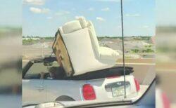 驚愕の風景、車体より大きなソファを載せたミニクーパーが出現