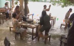 【タイ】水に浸かりながら食べるお店、お客が集まり人気スポットに