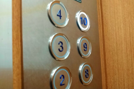 禁断の技、エレベーターの「閉」ボタンを押し続けていると、全階開かずに通過する!?