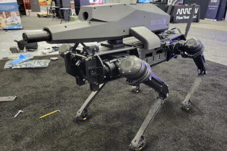 兵器の展示会「アーミー・トレード・ショー」で発表された、狙撃用四足歩行ロボットが恐ろしい