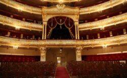 ロシアのボリショイ劇場で上演中、男優が背景のセットに挟まれ圧死