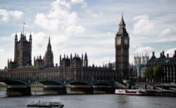 イギリスで新型コロナの陽性者が1日に約5万人、専門家が警鐘を鳴らす