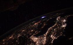 ISSの宇宙飛行士がヨーロッパの上空で、爆発のような青い光を撮影