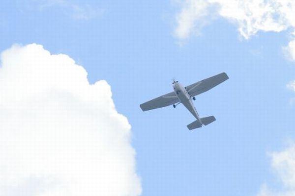「僕と結婚してくれませんか?」プロポーズのバナーをつけた飛行機が墜落、1人死亡